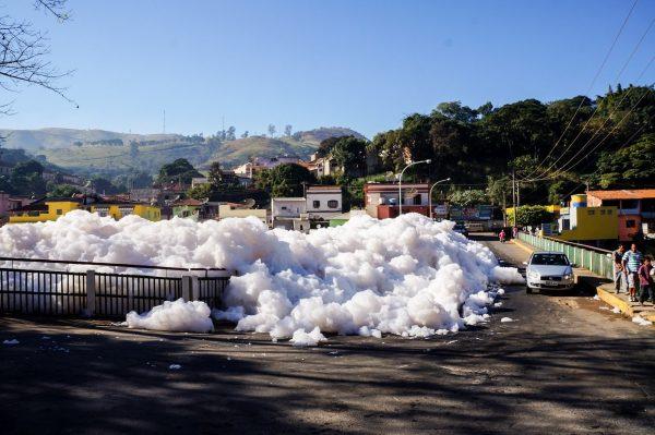 A espuma feita pelo lauril polui o Rio Tietê e invade ruas de Pirapora do Bom Jesus (SP).