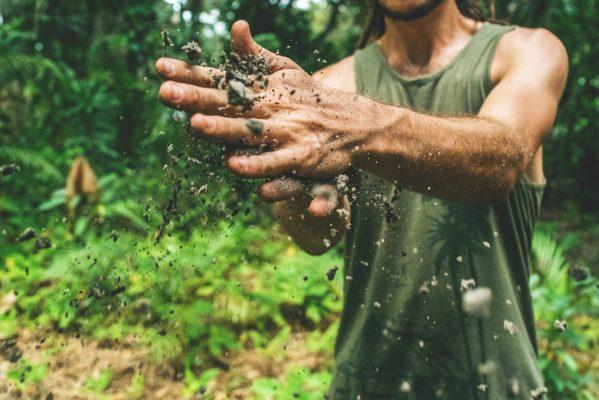 Homem mexendo na terra