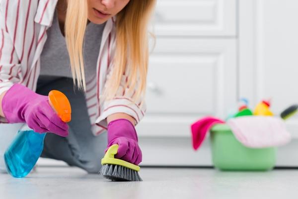 Fundo gradiente desfocado na cor rosa. Veja quais misturas de produtos de limpeza você não deve fazer!