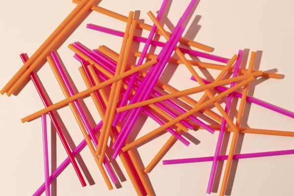 Continue a leitura e saiba mais sobre a história do plástico! Na imagem: canudinhos descartáveis feitos do material.