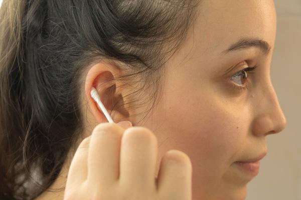 hastes flexíveis sendo usadas para limpar as orelhas